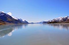 Reflexioner för blå himmel för Alaska landskap i vatten Royaltyfria Bilder