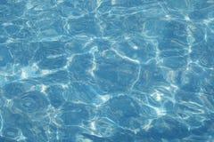 Reflexioner för blått vatten i den utomhus- pölen Arkivfoto