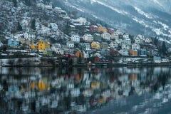 Reflexioner för hus för Odda Norge fjord färgrika royaltyfria bilder