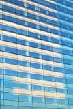 Reflexioner för sol för byggnad för kontor för Paris Laförsvar i den glass fasaden royaltyfri foto