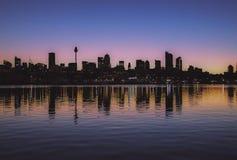 Reflexioner för Sydney stadshorisont australasian arkivbild
