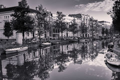 Reflexioner i den Amsterdam kanalen Arkivfoton