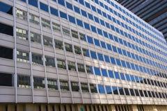 Reflexioner i den glass facaden, moderna byggnader Arkivbilder