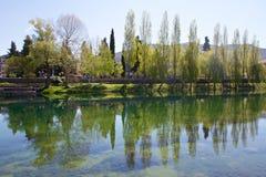 Reflexioner i den Trebisnjica floden i Trebinje, Bosnien och Hercegovina Royaltyfri Bild