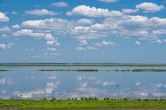 Reflexioner i det stilla blåa vattnet Royaltyfri Fotografi