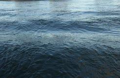 Reflexioner i East River på solnedgången arkivfoton
