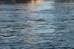 Reflexioner i East River på solnedgången royaltyfri fotografi