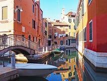 Reflexioner i en kanal i staden av Venedig, Italien Arkivfoton
