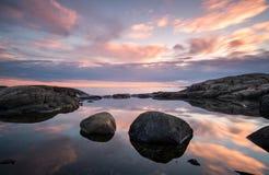 Reflexioner i en tidvattenp?l arkivbilder