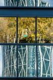 Reflexioner i ett i stadens centrum fönster Royaltyfri Bild