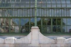 Reflexioner i fönstren av fjärilshuset i Burggartenen, Wien, Österrike Royaltyfria Foton