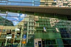 Reflexioner i fönstren av moderna kontor i det IJdok området i i stadens centrum Amsterdam Royaltyfria Bilder