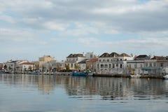 Reflexioner i flodspringen till och med staden royaltyfri fotografi