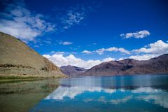 Reflexioner i Pangyong sjön, Ladakh Fotografering för Bildbyråer