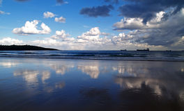 Reflexioner i stranden arkivbilder
