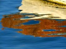 Reflexioner i vatten som är passande för bakgrunden Arkivbild