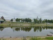 Reflexioner i vatten Yaroslavl Kreml och träd Royaltyfri Fotografi