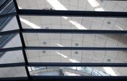 Reflexioner inom av en Reichstag kupol royaltyfri bild