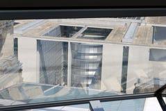 Reflexioner inom av en Reichstag kupol arkivbild