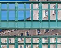Reflexioner på den glass byggnadsfasaden Arkivbild