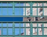 Reflexioner på den glass byggnadsfasaden Arkivbilder