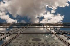 Reflexioner på den glass fasaden Arkivfoto