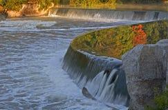 Reflexioner på den storslagna floden, Paris, Kanada i höst royaltyfri bild