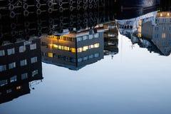 Reflexioner på den Tromsoe hamnen Arkivfoton