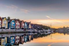 Reflexioner på havet i fjorden av Bergen i Norge - 4 arkivfoton