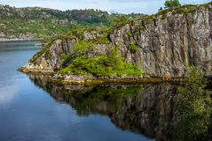 Reflexioner på havet i fjorden av Bergen i Norge - 12 Arkivbild