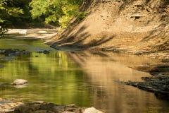 Reflexioner på liten vik på lågvatten på en varm dag för sen sommar fotografering för bildbyråer