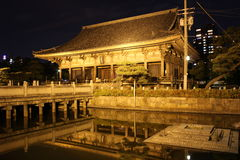Reflexioner på natten av Rokujidou Hall i den Shitennoji templet i nolla Royaltyfria Bilder