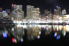 Reflexioner på natten i bedårande hamn   Royaltyfri Fotografi