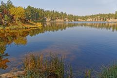 Reflexioner på shorelinen av Bismark sjön fotografering för bildbyråer