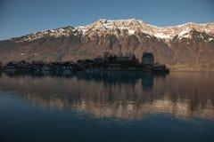 Reflexioner på solnedgången och fantastiskt berglandskap nära Interlaken, Schweiz Royaltyfria Foton