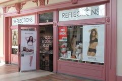 Reflexioner shoppar Arkivfoton