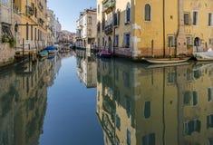 Reflexionerna av husen i kanalen, Venedig, Italien Arkivbilder