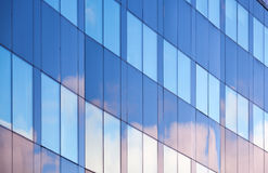 Reflexiones agradables de las nubes en ventanas de la oficina Fotografía de archivo