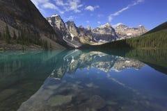 Reflexiones alpestres en un lago de la montaña Imagen de archivo libre de regalías
