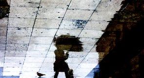 Reflexiones borrosas de la gente en un día lluvioso Imagen de archivo libre de regalías