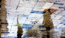 Reflexiones borrosas de la gente en un día lluvioso Fotos de archivo