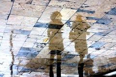 Reflexiones borrosas de la gente en un día lluvioso Imagen de archivo