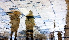 Reflexiones borrosas de la gente en un día lluvioso Imágenes de archivo libres de regalías