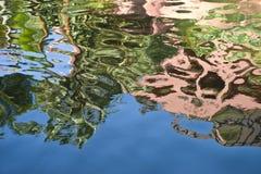 Reflexiones coloridas del agua Foto de archivo