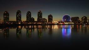 Reflexiones crepusculares del invierno de False Creek, Vancouver