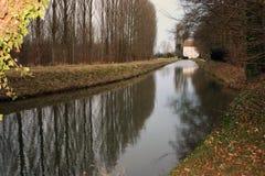 Reflexiones de árboles por un molino de agua. Imagenes de archivo