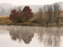 Reflexiones de árboles y de tierras de labrantío en otoño en la cordillera de Drakensberg en Underberg en Suráfrica Fotos de archivo