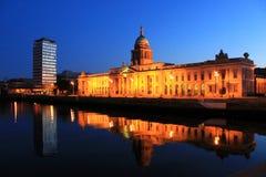 Reflexiones de aduanas en la noche, Dublín. Fotos de archivo libres de regalías