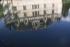 Reflexiones de Azay le Rideau en agua Fotos de archivo libres de regalías