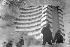 Reflexiones de caminar de la gente fotos de archivo
